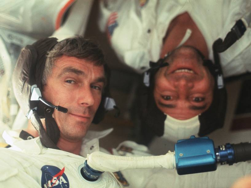 <p>O comandante Eugene Cernan (à esquerda) e o piloto do módulo de comando Ronald Evans (à direita) durante a Apollo 17. Essa foi a sexta e última missão tripulada do Projeto Apollo à Lua, realizada em dezembro de 1972.</p>
