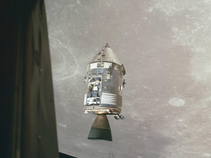 <p>Na imagem, a Apollo 15, realizada entre julho e agosto de 1971, sobrevoa a órbita da Lua. Nessa missão, os astronautas coletaram 77 kg de material lunar para trazer para a Terra. Segundo a Nasa, esse foi o voo tripulado mais bem sucedido até hoje.  </p>