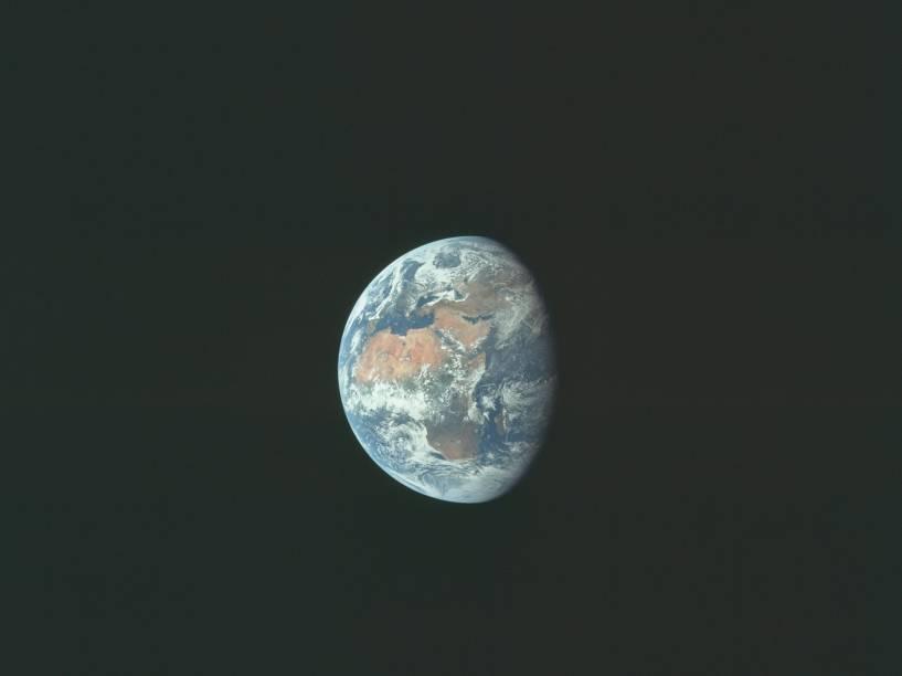 <p>Imagem da Terra, capturada durante a Apollo 11, em julho de 1969. Essa missão, tripulada pelos astronautas Neil Armstrong, Edwin Aldrin e Michael Collins, foi a primeira a realizar um pouso na Lua.</p>