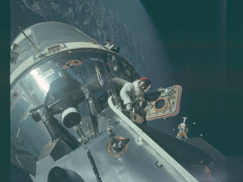 <p>A Apollo 9, realizada em março de 1969, foi a terceira missão tripulada do Projeto Apollo, que teve como objetivo principal testar em órbita terrestre o equipamento desenvolvido para pousar na Lua. Na foto, a espaçonave orbita a Terra.</p>