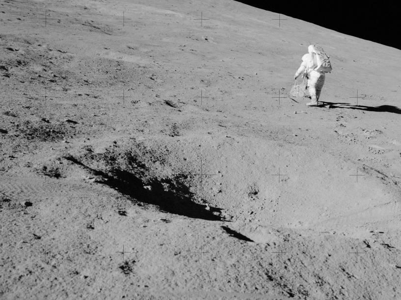 <p>Astronauta caminha pela Lua durante a Apollo 15, realizada entre julho e agosto de 1971. Essa missão foi a primeira de caráter altamente científico à Lua, após as primeiras viagens de reconhecimento do satélite.</p>