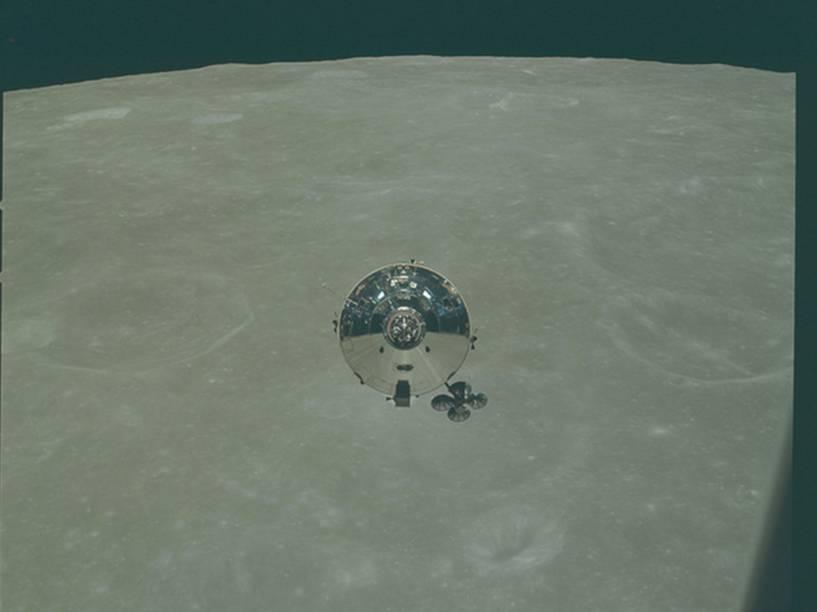 <p>Módulo Lunar em órbita do satélite durante a Apollo 10. Realizada em maio de 1969, a missão chegou a sobrevoar a superfície da Lua a 15 km de altura, em uma preparação para a Apollo 11 que, meses depois, foi a primeira a pousar em solo lunar. </p>