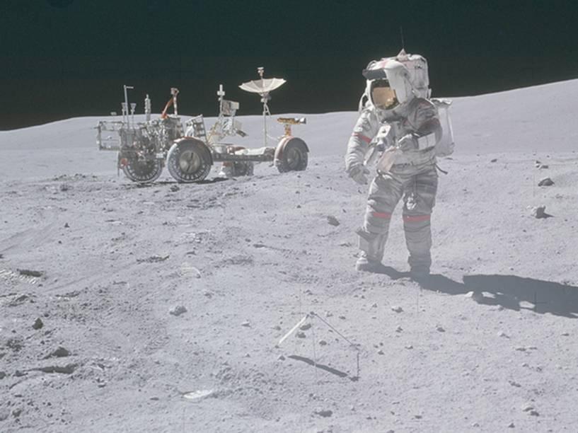 <p>Astronauta se preparando para usar o jipe lunar durante a Apollo 16, realizada em abril de 1972. Esse veículo, que tinha 3,1 m de comprimento e pesava 210 kg na Terra (na Lua, o peso diminuía para 36 kg), permitiu que os astronautas se locomovessem para várias regiões lunares a fim de colherem amostras de rochas e solos. </p>