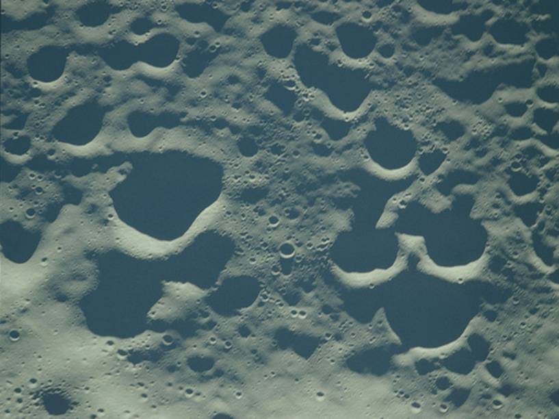 <p>Imagem do solo lunar capturada pela Apollo 8. Embora os astronautas da missão, realizada em dezembro de 1968, não tenham pousado em solo lunar, eles foram os primeiros humanos a abandonarem a órbita terrestre.</p>