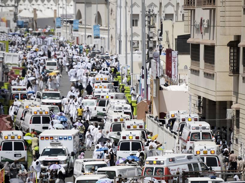 Ambulâncias chegam com peregrinos feridos a hospital em Mina, perto de Meca, após tumulto que deixou centenas de mortos