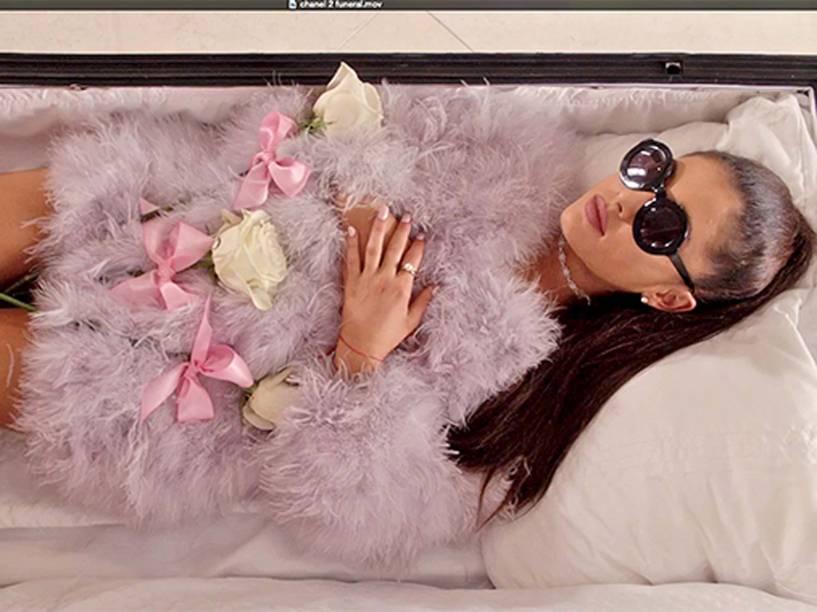 Ariana Grande dentro de um caixão em cena de Scream Queens