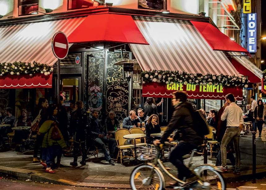 ARMADOS DE TAÇAS - Continuar a frequentar os cafés, em mesas externas, foi a forma encontrada pelos parisienses para dizer que não têm medo