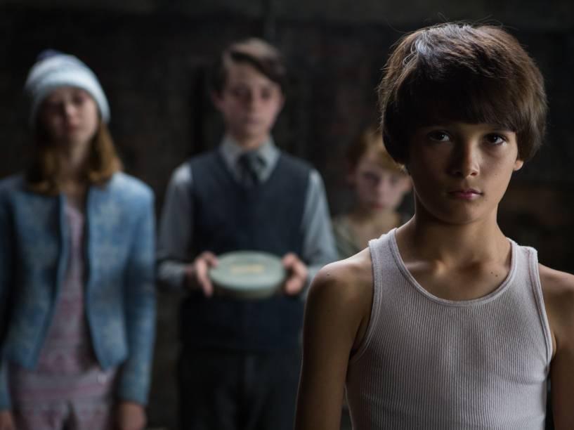 Dylan (Robert Daniel Sloan) é influenciado a assistir aos filmes caseiros pelas crianças de Bagul