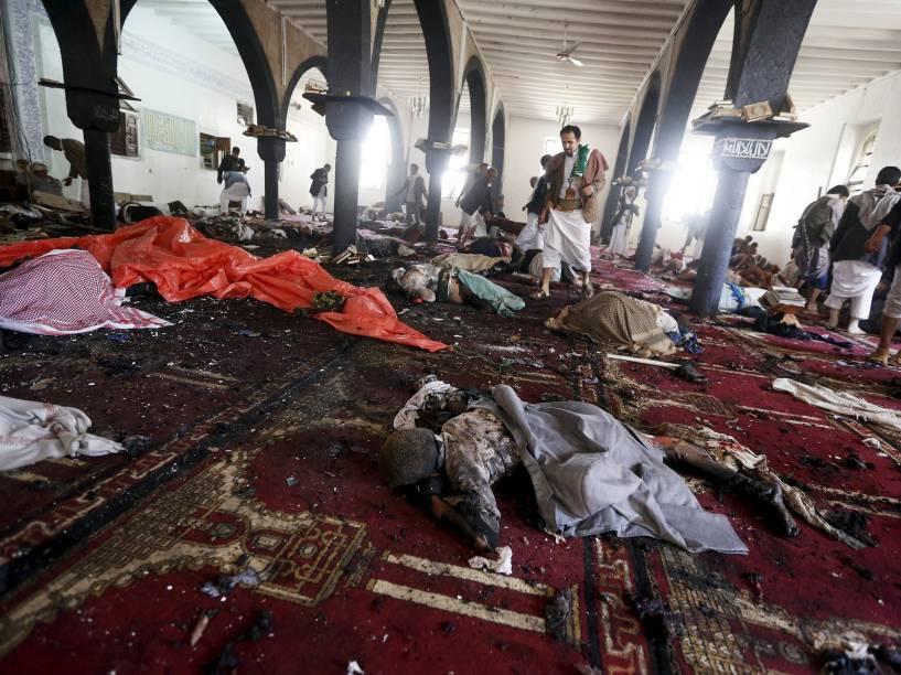Corpos de pessoas mortas após ataque à uma mesquita em Sana, no Iêmen