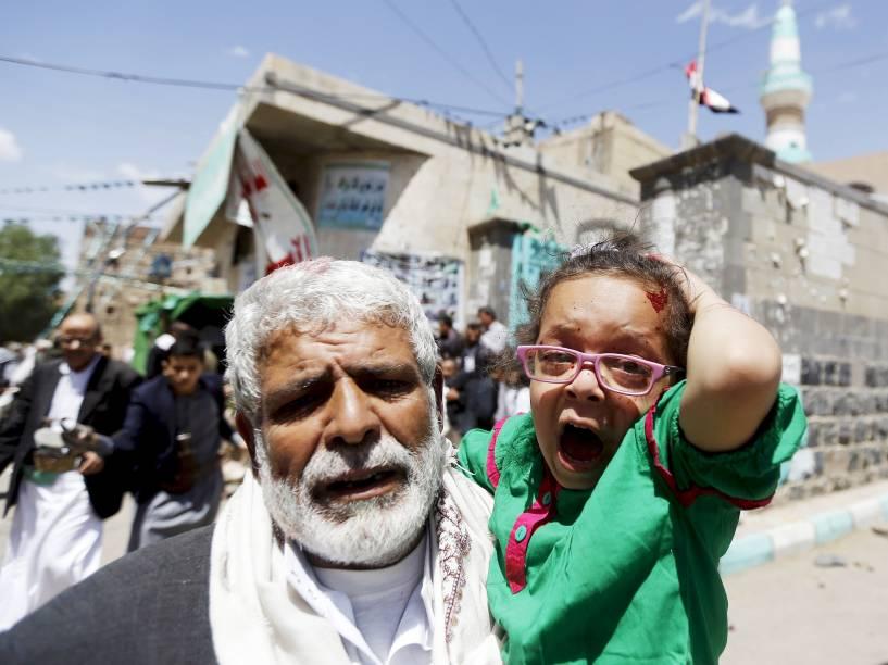 Menina ferida chora após ataque contra mesquita de Sana, em Iêmen