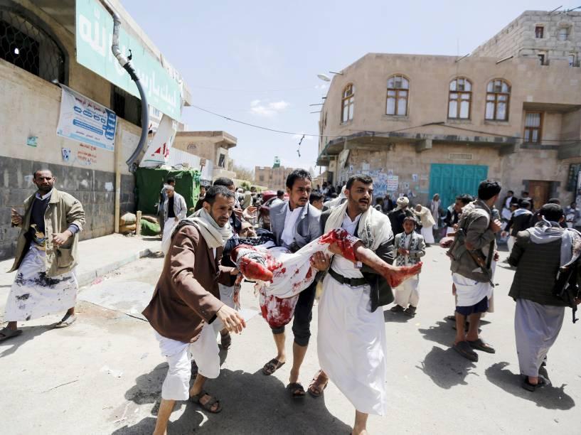 Homem ferido é socorrido após atentado contra uma mesquita de Sana, no Iêmen