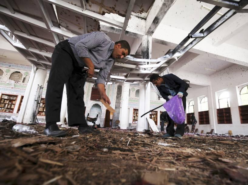 Destroços da mesquita de Sana após atentado cometido por homens-bomba