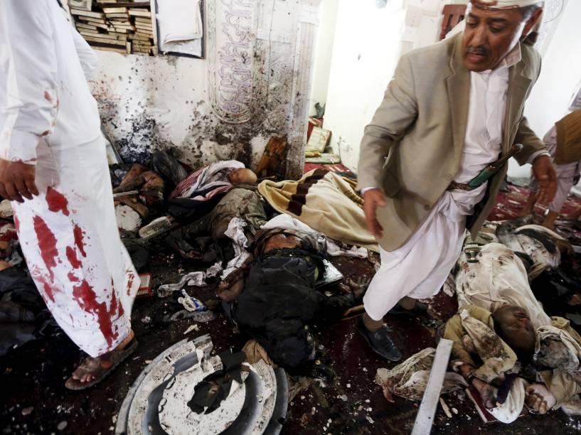 Corpos de pessoas mortas após ataque à uma mesquita em Sana, Iêmen