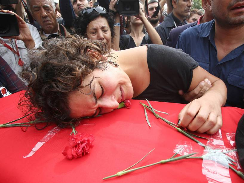 Mulher acompanha o enterro de vítima do atentado na Turquia, que matou 97 pessoas; houve protestos na capital Ancara neste domingo (11)