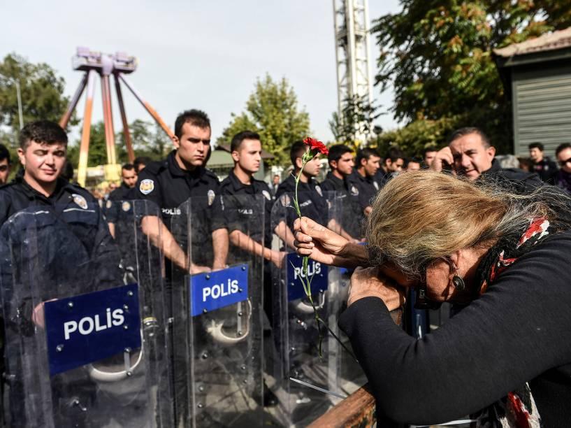 Milhares de pessoas se concentraram neste domingo (11) na região central de Ancara, na Turquia, para protestar contra o atentando à bomba, que matou ao menos 97 pessoas