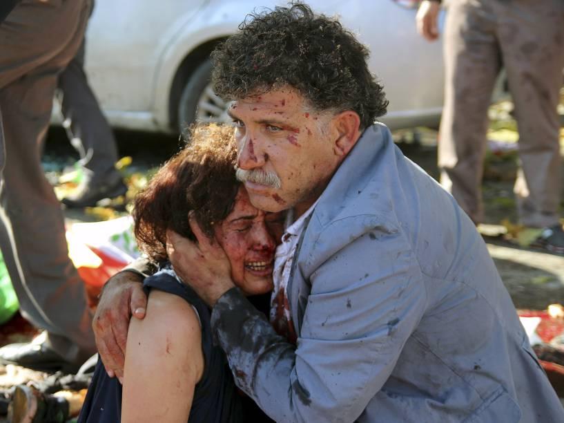 Mulher e homem feridos por explosões durante passeata pela paz em Ancara, capital da Turquia, neste sábado (10)