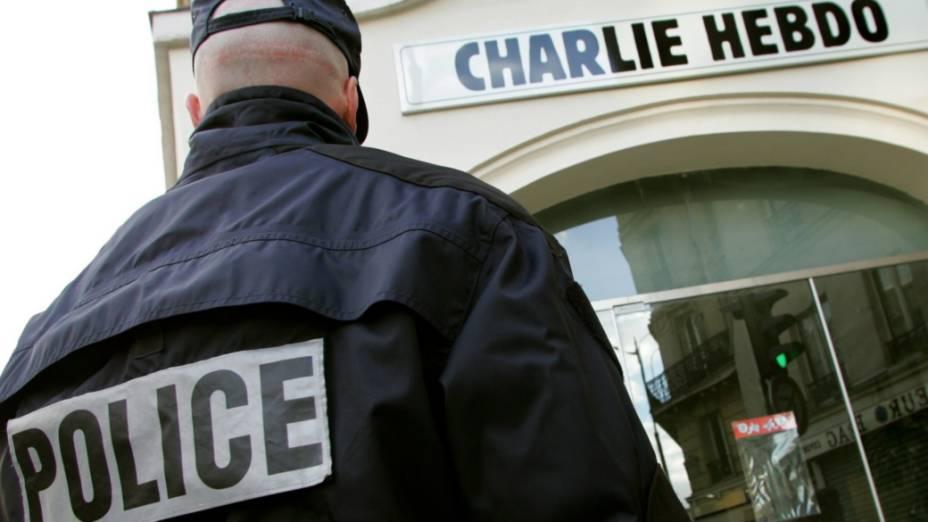 """Policial diante de antiga sede do """"Charlie Hebdo"""", em Paris"""