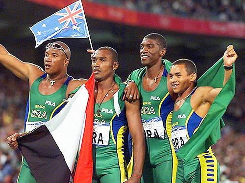 Os brasileiros André Domingos, Vicente Lenilson, Claudinei Quirino e Edson Luciano,ganharam a medalha de prata no revezamento 4x100 nos Jogos Olímpicos de Sydney , na Austrália - 23/09/2000
