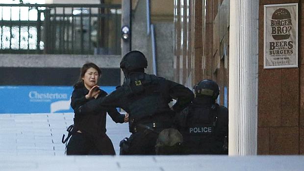 Refém sai da cafeteria em Sydney e abraça policial