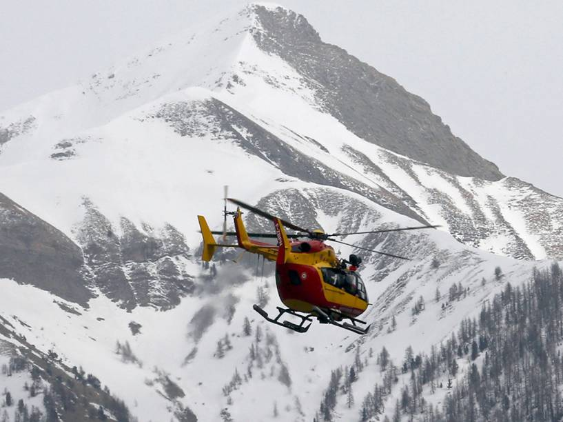 <p>Helicóptero sobrevoa local do acidente com o Airbus A320 da Germanwings</p>