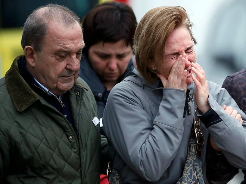 <p>Familiares dos passageiros do Airbus A320 da Germanwings, no aeroporto El Prat, em Barcelona</p>