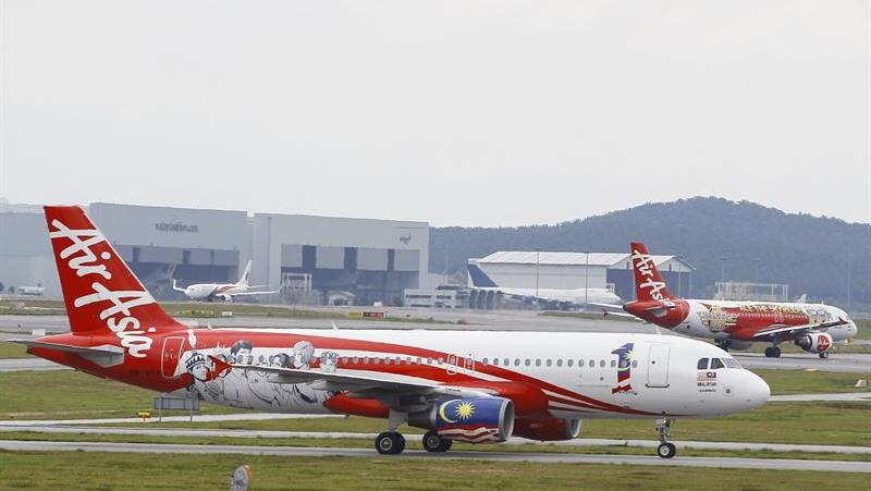 Um Airbus A320 da AirAsia é visto no aeroporto de Kuala Lumpur, na Malásia, neste domingo