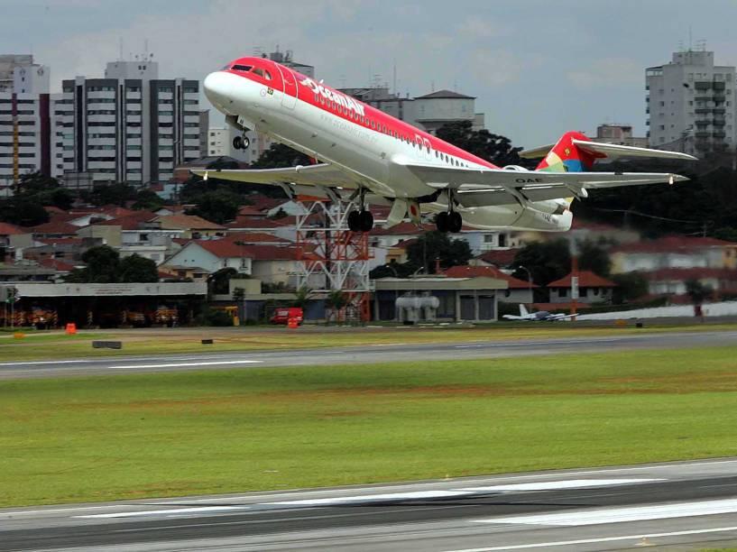 Decolagem do Fokker 100 da Ocean Air (hoje Avianca)