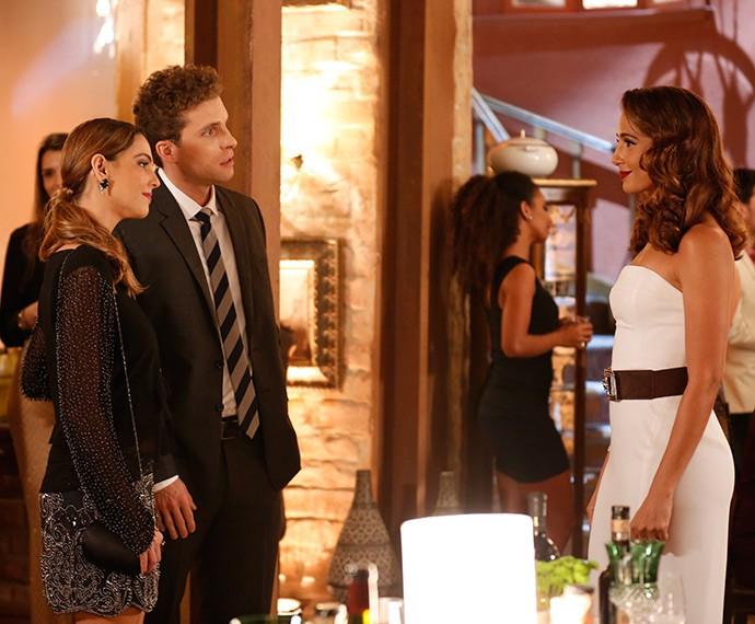 Agora classuda, Regina (Camila Pitanga) recebe Vinícius (Thiago Fragoso) e Cris (Tainá Müller) na inauguração de seu restaurante, o Estrela Carioca