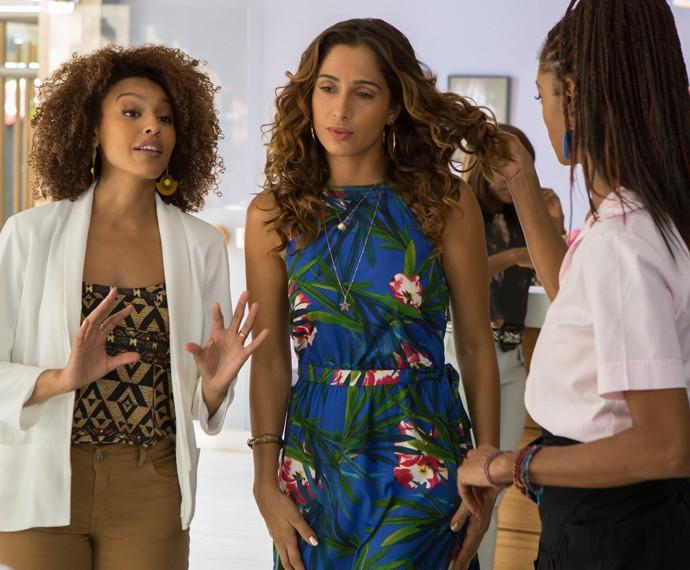 Aconselhada por Paula (Sheron Menezes), Regina (Camila Pitanga) muda o visual para a sua nova fase