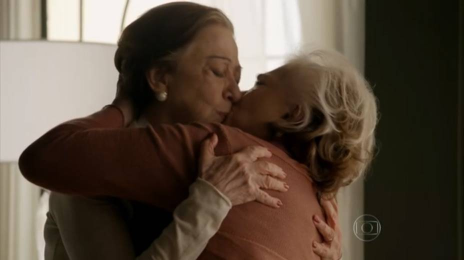 Teresa (Fernanda Montenegro) e Estela (Nathalia Timberg) se beijam quando falam de casamento, no terceiro capítulo de Babilônia