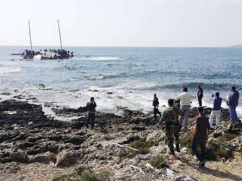 Um barco que transportava 300 imigrantes encalhou na ilha grega de Rodes esta manhã