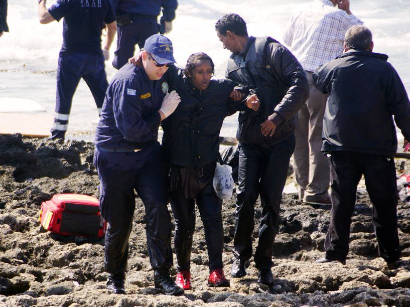 Equipe de resgate socorrem as vítimas do naufrágio