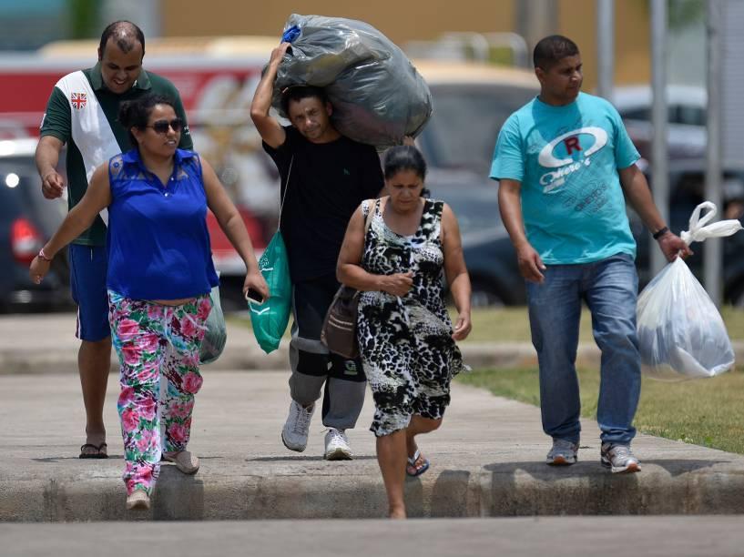 Pessoas ajudam com doações para a população afetada pela enxurrada de lama no distrito de Bento Rodrigues, no interior de Minas Gerais