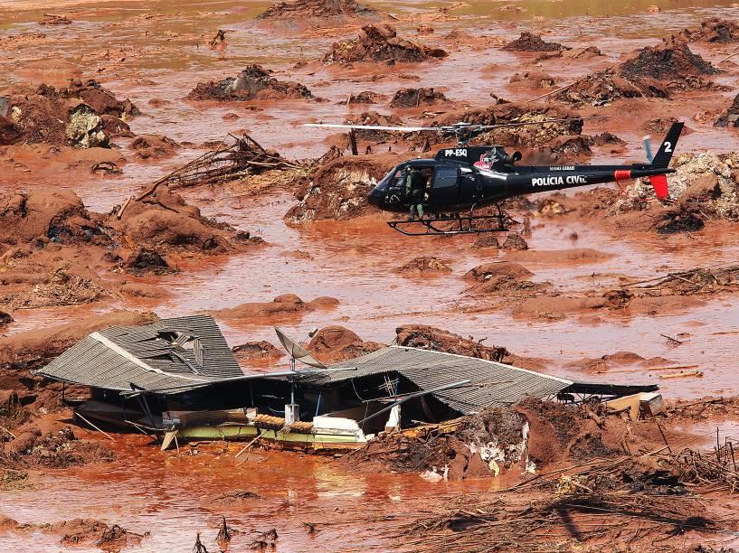 Estragos causados em Bento Rodrigues, distrito de Mariana, em Minas Gerais, que foi atingido por rejeitos de mineração depois de rompimento de duas barragens da empresa Samarco. O distrito tem aproximadamente 600 moradores