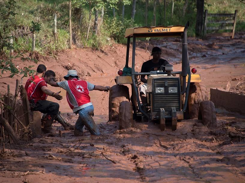 Voluntários da Cruz Vermelha ajudam às vítimas do rompimento da barragem de rejeito da empresa de mineração Samarco, no subdistrito de Bento Rodrigues, em Mariana (MG), neste domingo (08)