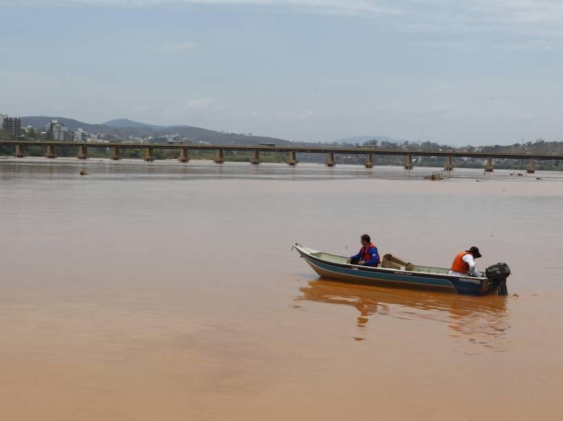 No centro de Colatina (ES), o rio Doce amanheceu com suas águas misturadas com lama, após a chegada dos rejeitos de minério vindos de Mariana (MG)