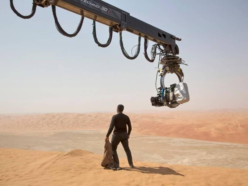 """John Boyega em gravação no set de """"Star Wars: O despertar da força"""""""