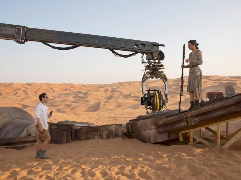 O diretor J.J.Abrams no set de Star Wars: O despertar da força com a atriz Daisy Ridley