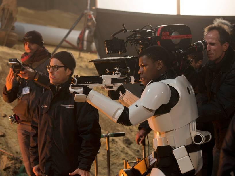 O diretor J.J.Abrams no set de filmagem de Star Wars: O despertar da força com o ator John Boyega