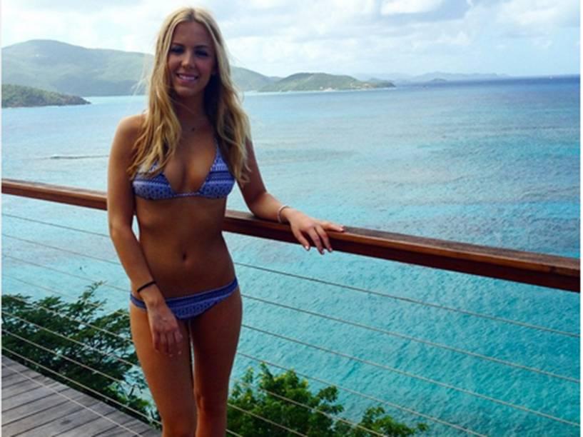 Beatrice Bouchard, de 21 anos, posa de biquíni durante as férias