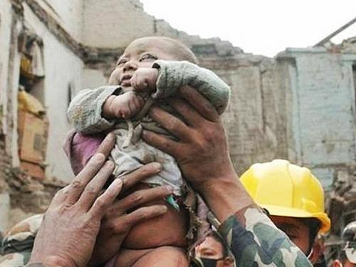 O bebê Sonit Awal de apenas 4 meses, sobreviveu após ficar mais de 22 horas soterrado em um prédio que desabou em Bhaktapur, uma cidade no Vale de Katmandu<br>