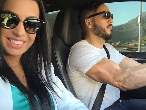 Gracyanne Barbosa posa para foto com o marido, o cantor Belo
