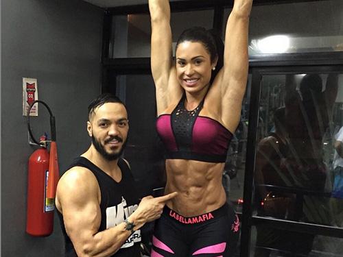 Belo brinca com Gracyanne conferindo os músculos abdominais da esposa