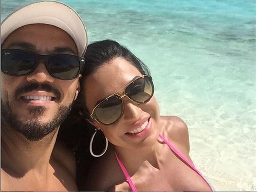 Belo e Gracyanne Barbosa tiram selfie enquanto aproveitam o calor na praia