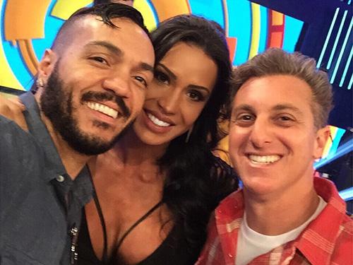 Belo e Gracyanne Barbosa publicam foto ao lado de Luciano Hulk, após participação em seu programa