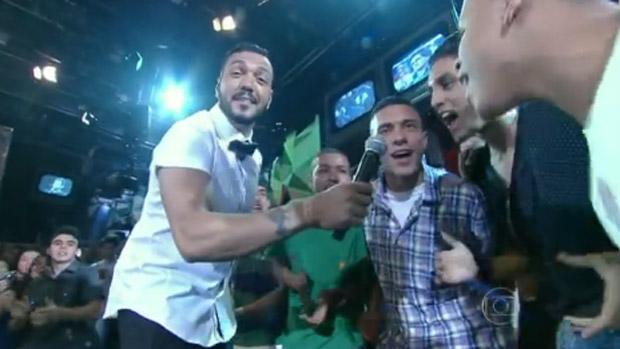 O pagodeiro Belo, versão hispter, no programa Altas Horas, da Globo