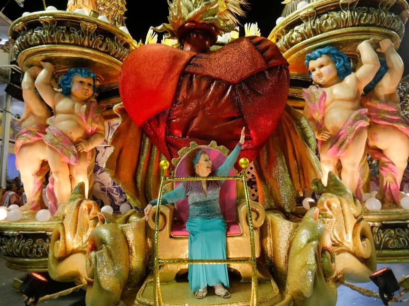 A cantora Beth Carvalho é destaque em alegoria da Mangueira que encerra os desfiles do grupo especial com homenagem à Maria Bethânia