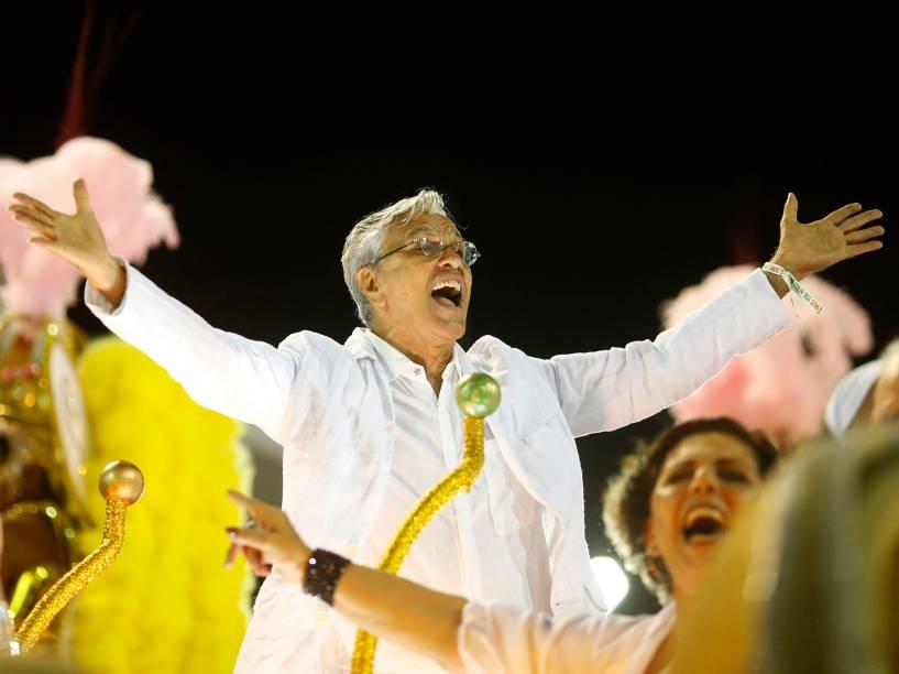 Caetano Veloso participa do desfile da Mangueira em homenagem à sua irmã Maria Bethânia