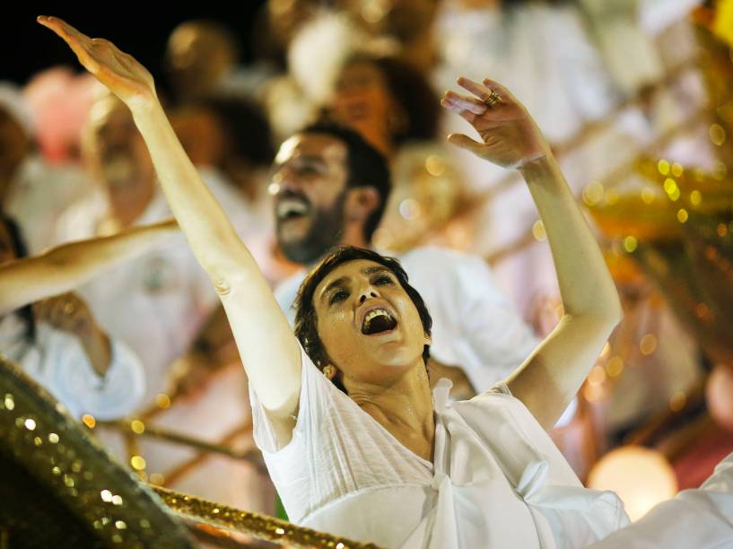 A cantora Adriana Calcanhoto durante desfile da Mangueira que homenageia a carreira de Maria Bethânia