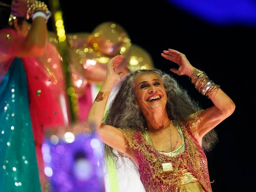 Mangueira fecha o segundo dia de desfiles do grupo especial com homenagem aos 50 anos de carreira da cantora Maria Bethânia